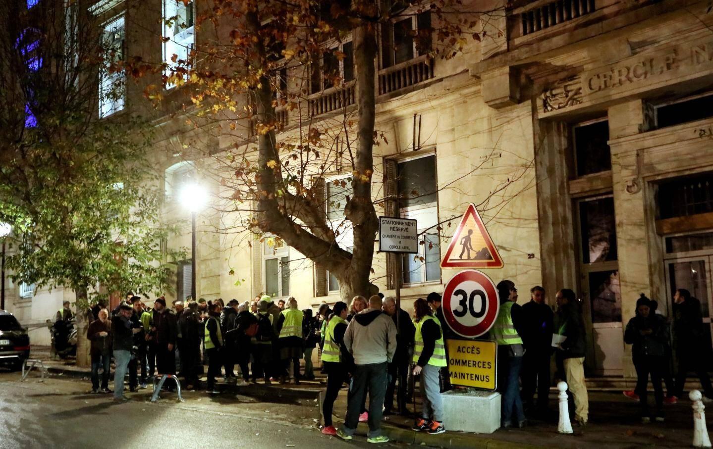 18 heures, manifestation silencieuse de « gilets jaunes » devant le commissariat central de Toulon. Ils demandent « justice pour tout le monde, à la même vitesse, à la même hauteur ». Et que le policier qu'ils incriminent « réponde de ses actes ».