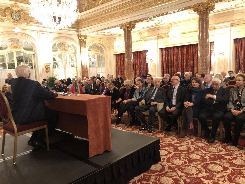 Jacques de Larosière, face à Enrico Braggiotti, président de Monaco Méditerranée Foundation, le ministre d'Etat Serge Telle, l'ambassadrice de France Marine de Carné-Trécesson et nombre d'invités à l'Hermitage mercredi soir.
