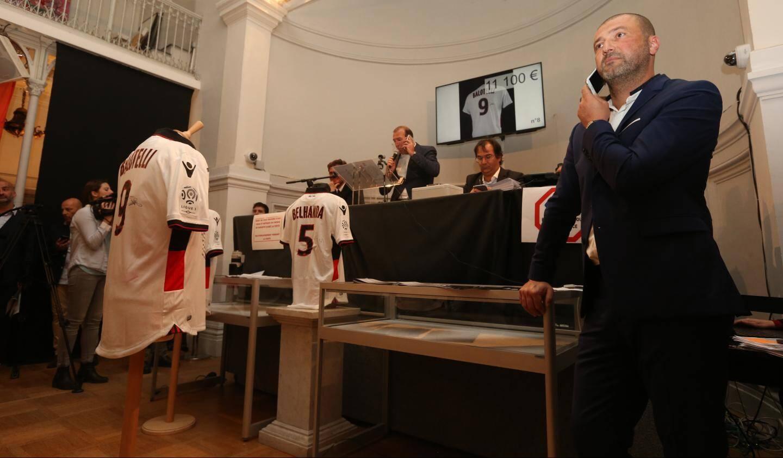 Le maillot de la star italienne est vendu à l'ancien président du club, André Bois, pour 11.100 euros.
