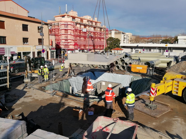 Délicate opération de grutage du local technique de la future fontaine jeudi matin.