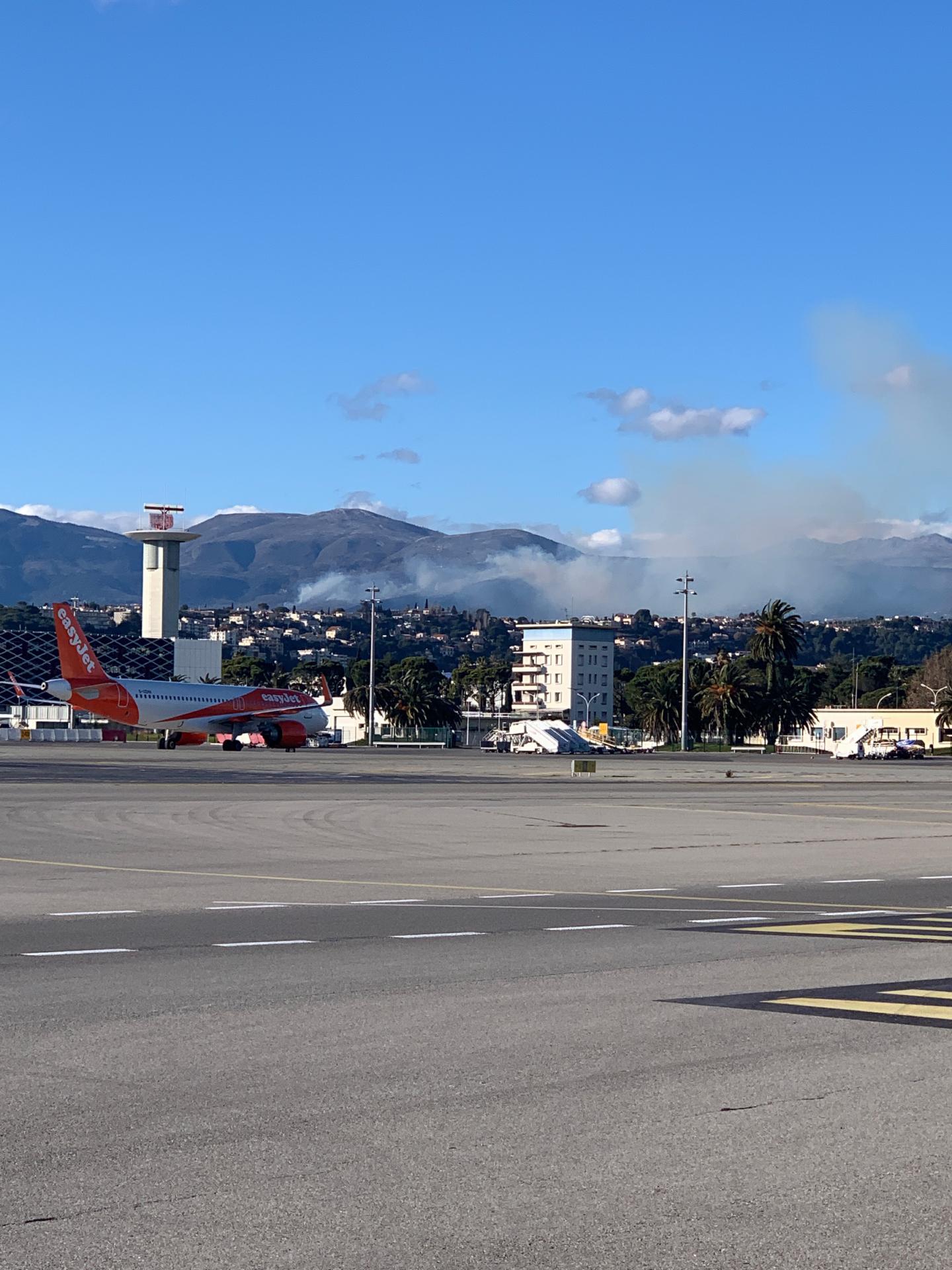 La fumée se dégage au dessus de l'aéroport.