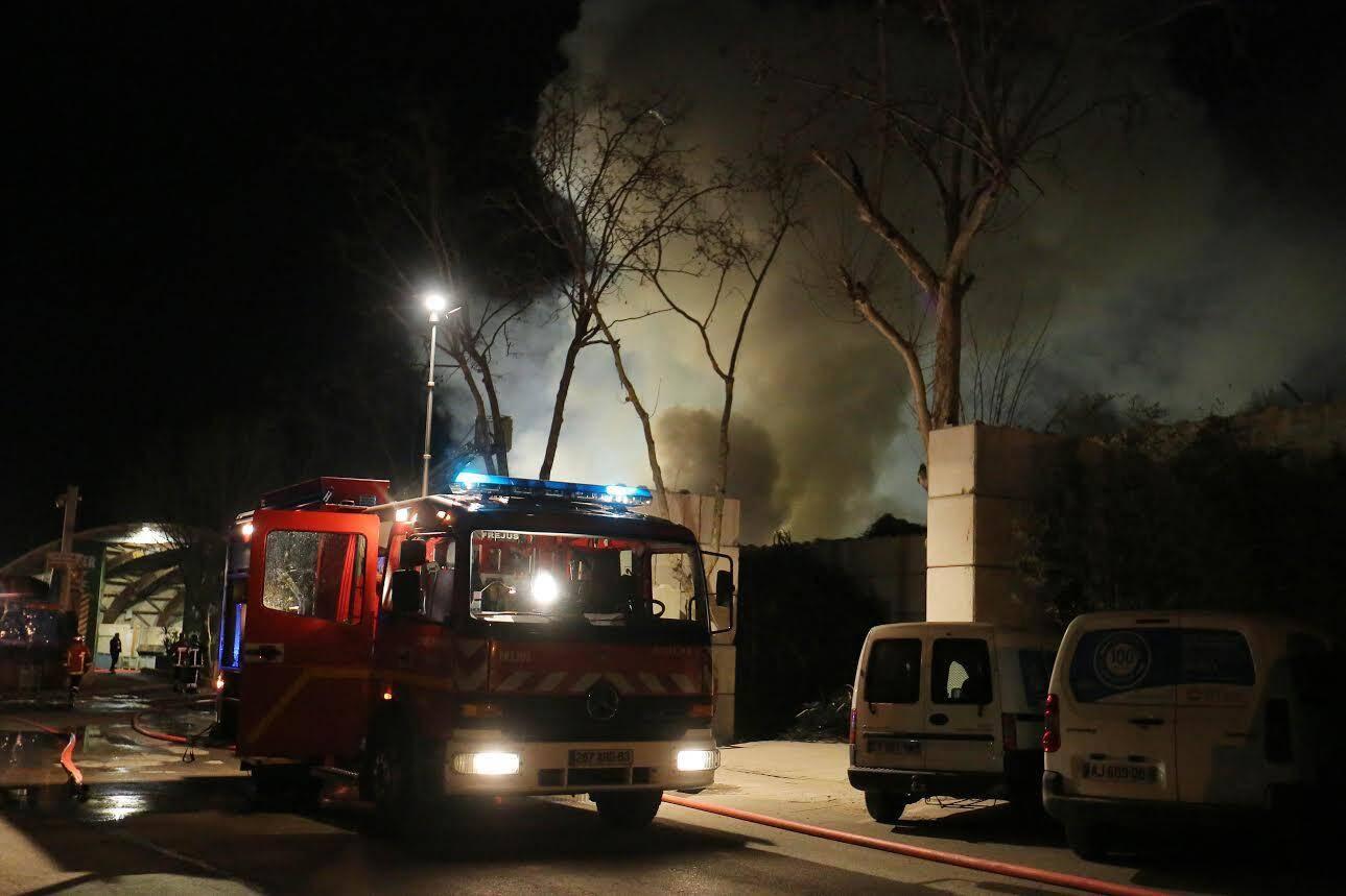 Heureusement, aucune victime n'est à déplorer et les flammes sont circonscrites à l'extérieur de l'entrepôt de la société.