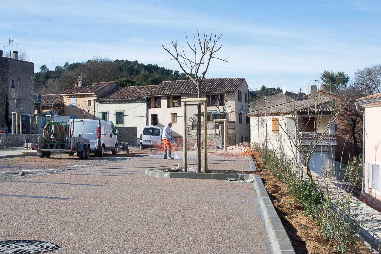Arbres et plantes grimpantes ont été installés sur le parking réaménagé.