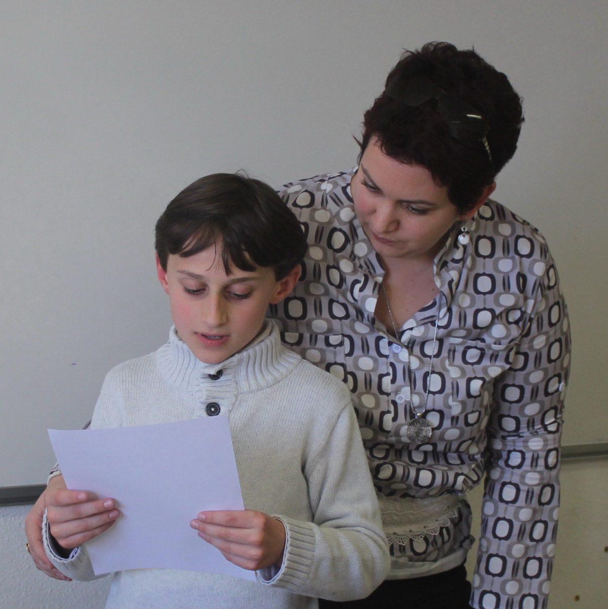 Maxence encouragé par Julie Brever a présenté le projet de loi de sa classe.