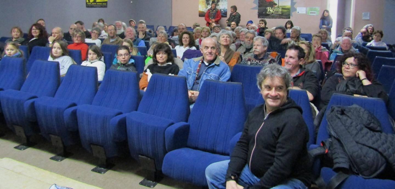 Un public venu en nombre pour assister au diaporama.
