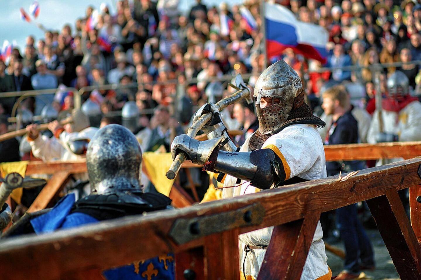L'équipe Grimaldi Milites s'entraîne plusieurs fois par semaine pour des combats à venir. Sur les deux photos de droite, un affrontement officiel à Laon.