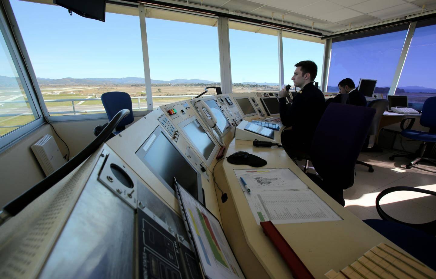 Trente et un contrôleurs aériens se relaient 24/24h à la tour de contrôle pour réguler le trafic civil et militaire de l'aéroport hyérois.
