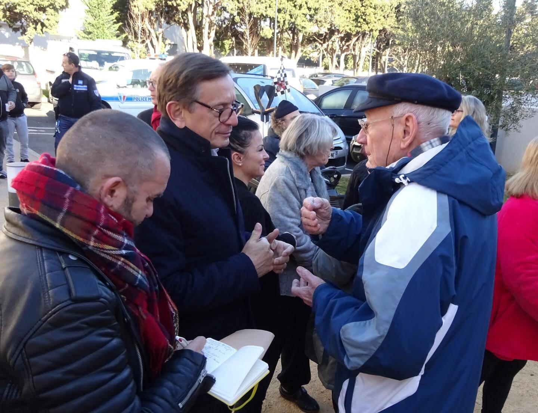 Le maire (à gauche) a pris le temps d'écouter les habitants de la nouvelle résidence mixte Lyloa.