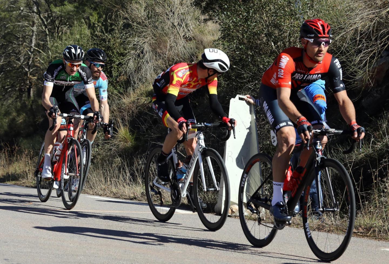 Très tôt dans la course, les futurs membres du podium ont joué dans les groupes de tête.