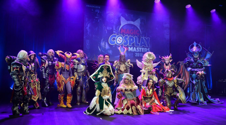 Cédric Biscay entouré, en 2018, des participants du concours cosplay du salon MAGIC.