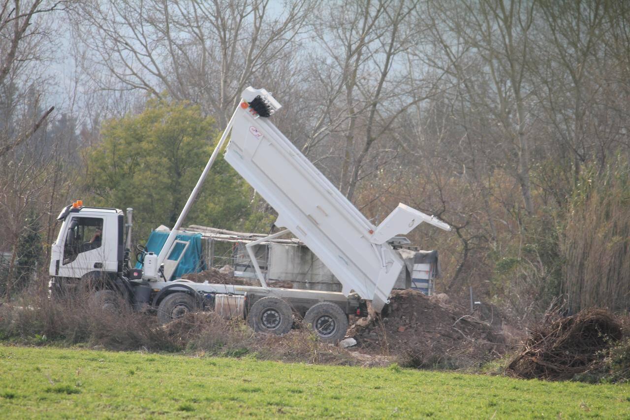 """Gravats, morceaux de fer jonchent le sol. Selon les riverains: """" Les propriétaires ont écrasé une serre de deux hectares sur le terrain. Il y a autant de verre que de terre""""."""