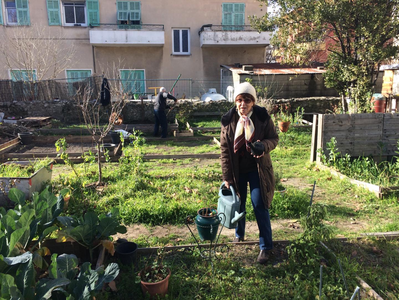 Nicole dans le jardin partagé aménagé entre l'église et l'école.