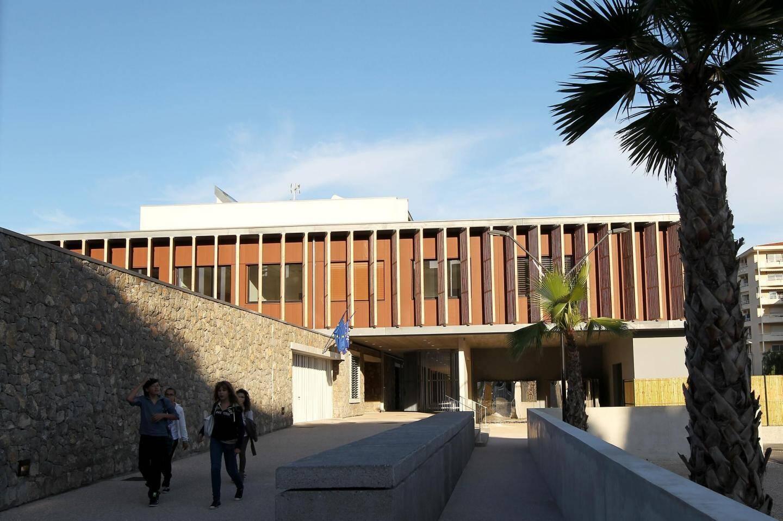 les grévistes sont mobilisés contre le retour du principal Jean-Jacques Barbaroux, suspendu cinq mois, fin août, pour harcèlement moral, propos à caractère sexuel et violence vis-à-vis des élèves.