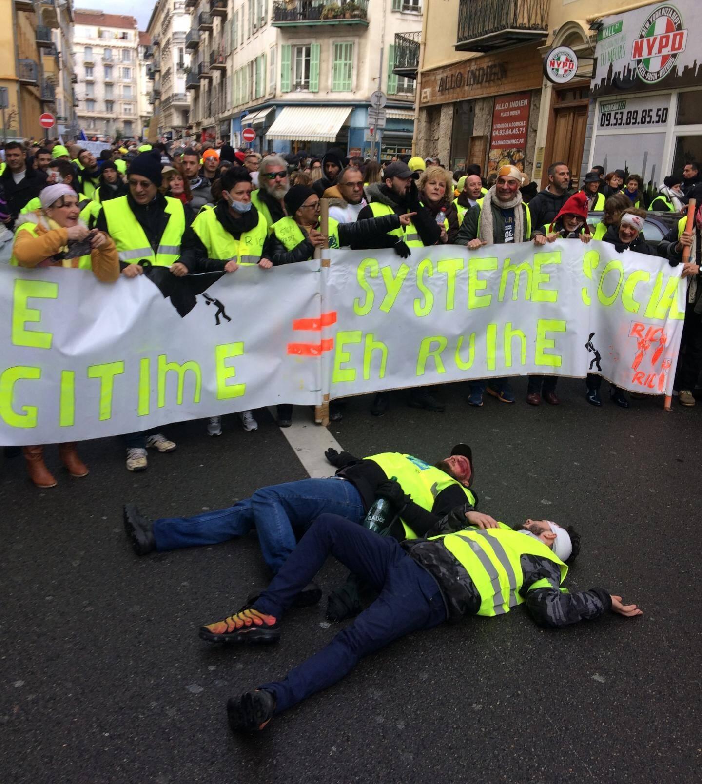 Un grand tour de la ville pour les « gilets jaunes » azuréens qui ont rendu hommage, hier, à leurs « blessés et morts» depuis le début du mouvement.