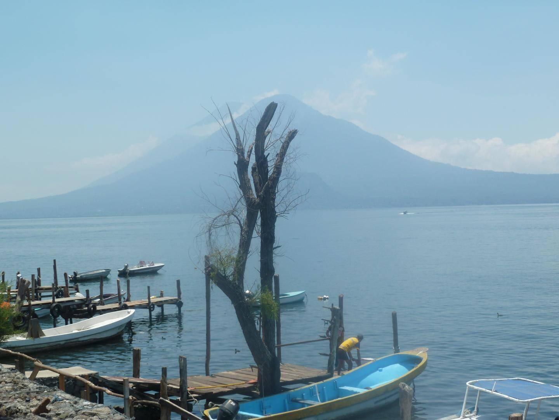 Le lac Atitlán, situé à une centaine de kilomètres de Guatemala City. L'origine du lac est volcanique, il s'est formé lors d'une éruption il y a 84000 ans. Il est entouré par trois volcans.