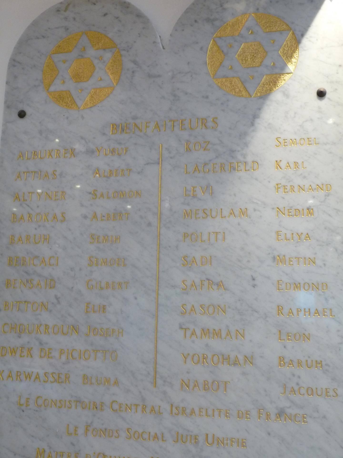 La plaque en marbre, où figure le nom de Karl Lagerfeld, trône à l'entrée de la synagogue de Menton.