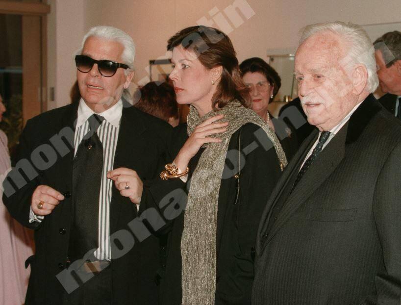 1999 : lors d'une exposition de ses photos en Principauté, il reçoit le prince Rainier III et la princesse Caroline.