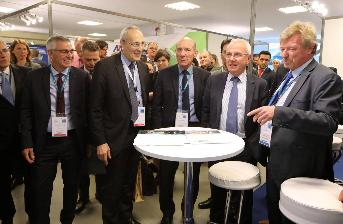 Jacques Veyron (à gauche) au côté de Bernard Bigot, guide de la visite dans les stands du forum, hier, avec notamment le maire Jean Leonetti.