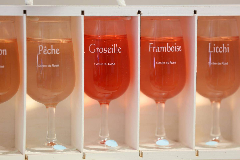 Deux cent cinquante rosés sont créés chaque année pour être testés dans les laboratoires du Centre du rosé où Aurélie Chevallier et Gilles Masson s'affairent ici autour d'un automate de titration d'acidité.