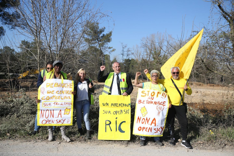 Les « gilets jaunes » poursuivent leur mobilisation.