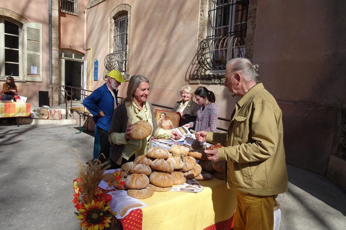 Edwige Koziello, la descendante de Jules Récubert, présentait son art, sa farine et son blé.