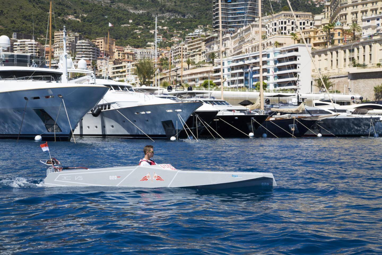 Le Yacht-club de Monaco multiplie les actions de sensibilisation auprès de la jeunesse, comme ici où, en marge du Monaco Solar Boat Challenge, des élèves du Lycée technique et hôtelier ont construit leur bateau électrique (fourni en kit) en moins de cinq jours.(DR)