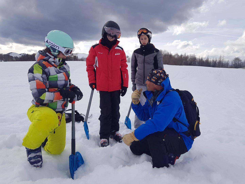 Après avoir sondé la neige, place à la pelle pour extraire la victime d'avalanche.