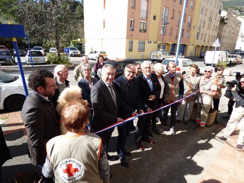 Le président national de la Croix-Rouge est venu couper le ruban avec les maires de Carros et St-Laurent.