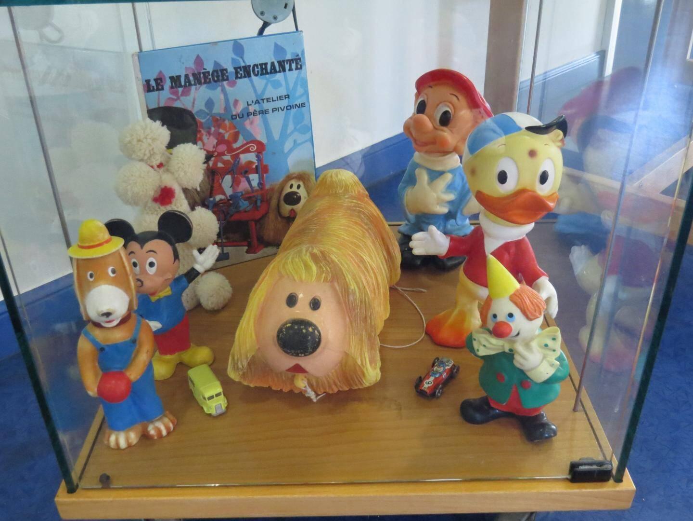 Au secteur jeunesse, des jouets anciens sont exposés.