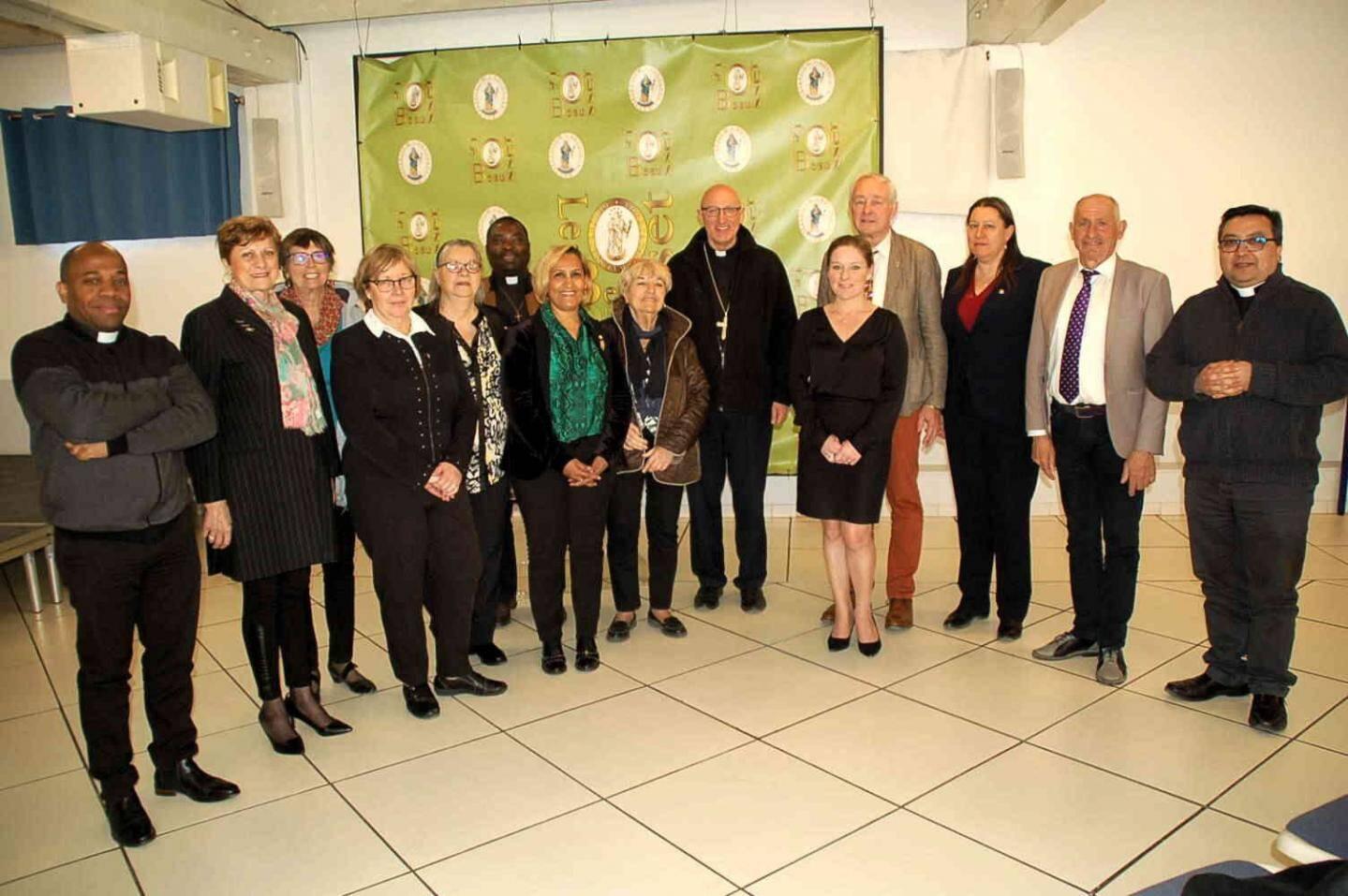 Une photo pour la postérité... Mgr Rey (au centre) entouré des maires du Beausset et du Castellet, des adjoints, du chanoine Cristian et des vicaires Yves et Charles-Magloire.
