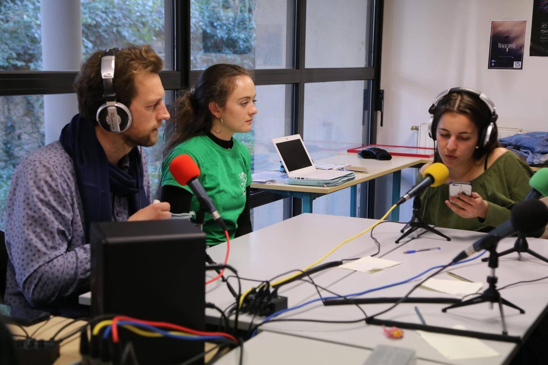 Dans le studio de la web-radio du lycée, les élèves ont enregistré des messages pour les générations futures.