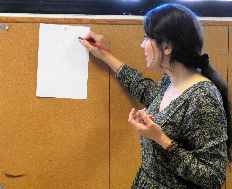 L'artiste donne des conseils techniques aux enfants pour améliorer leurs dessins.