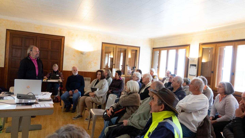 René Perier (à gauche), président du conseil de développement du parc, a mené la réunion, en présence d'une cinquantaine de personnes.