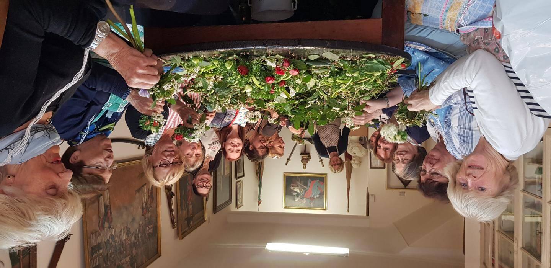 Autour de la grande table de l'oustaù, les dames ont confectionné hier plus de 700 bouquets.