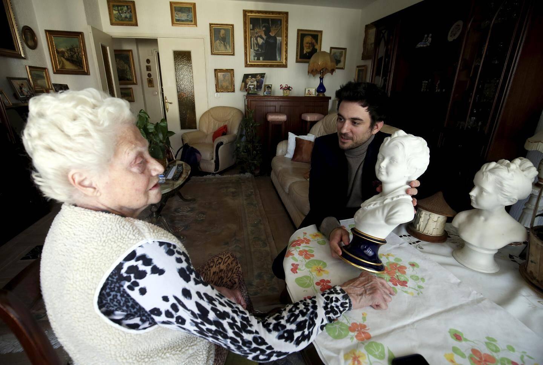 De haut en bas : Quentin Breda, chargé d'estimation, se rend chez une Mentonnaise à domicile pour expertiser ses objets d'art. À l'hôtel « Prince de Galles », Benoît Triffault-David analyse un tableau de l'artiste Irène Lagut.