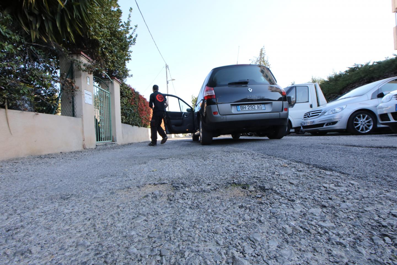Rue des Néfliers, là aussi la chaussée est en piteux état.