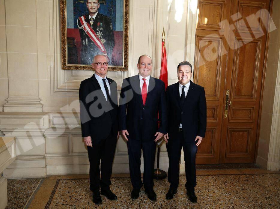 Serge Telle, le prince Albert II et Stéphane Valeri, juste avant la conférence de presse. Mine de rien, un moment historique.