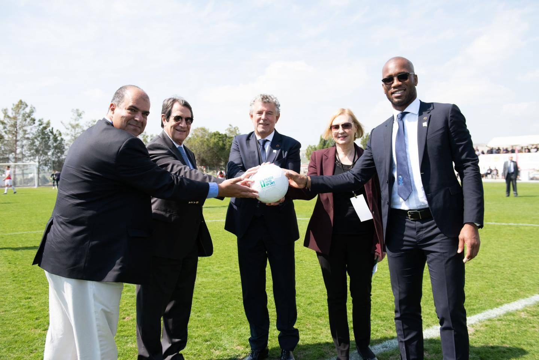 De gauche à droite : Stelios Haji-Ioannou, Nicos Anastasiades, Joël Bouzou, Elizabeth Spehar et Didier Drogba.