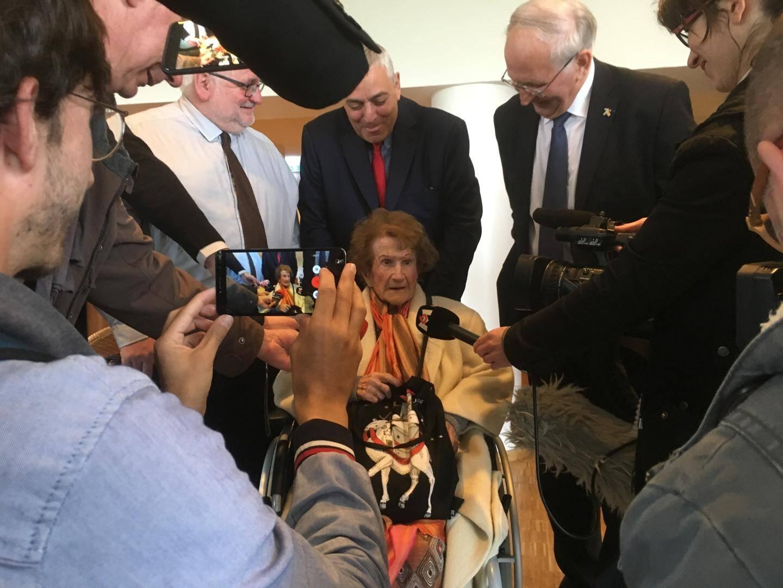 Maryse entourée de la presse.