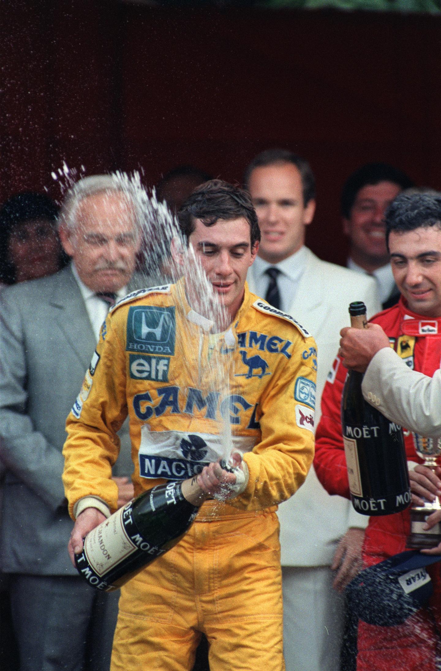 Ayrton Senna célèbre sa première victoire à Monaco devant le Prince Rainier et le Prince Albert.