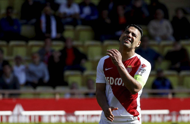 Toute la déception de Radamel Falcao. L'ASM a concédé la 1ère défaite à la maison de la nouvelle ère Jardim.