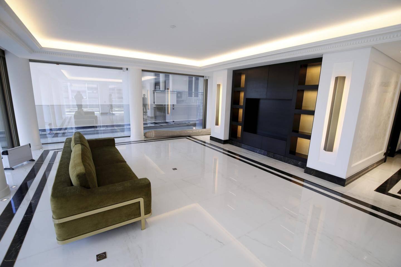Dans l'appartement témoin, les jeux graphiques avec le marbre et le mobilier intégré - dessiné sur-mesure - donne l'esprit qu'aura chaque appartement.