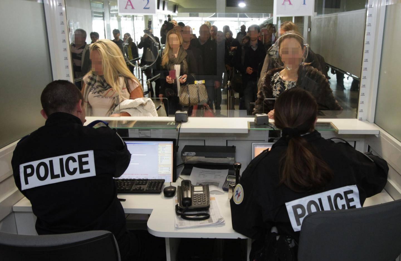 Contrôle de la police aux frontières à l'aéroport Nice-Côte d'Azur en 2016.