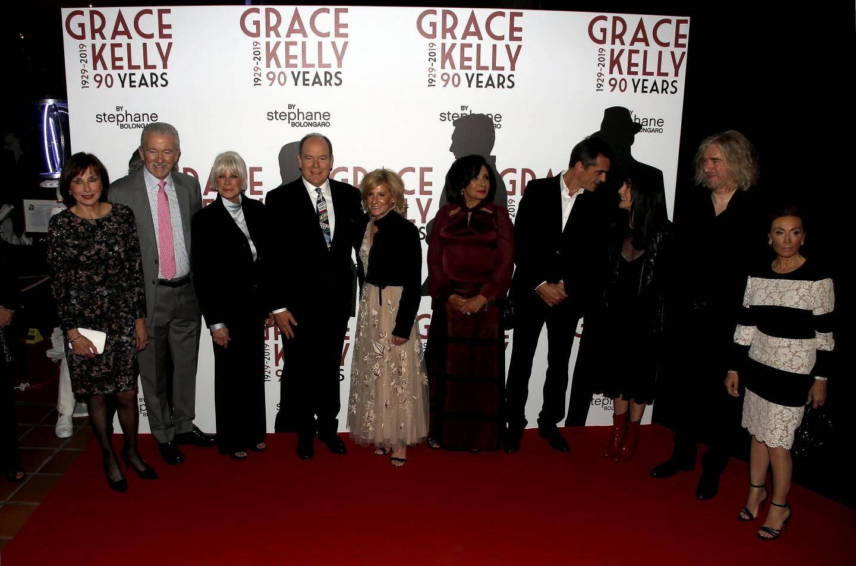 Les invités autour du prince Albert II sur le tapis rouge, hier soir.