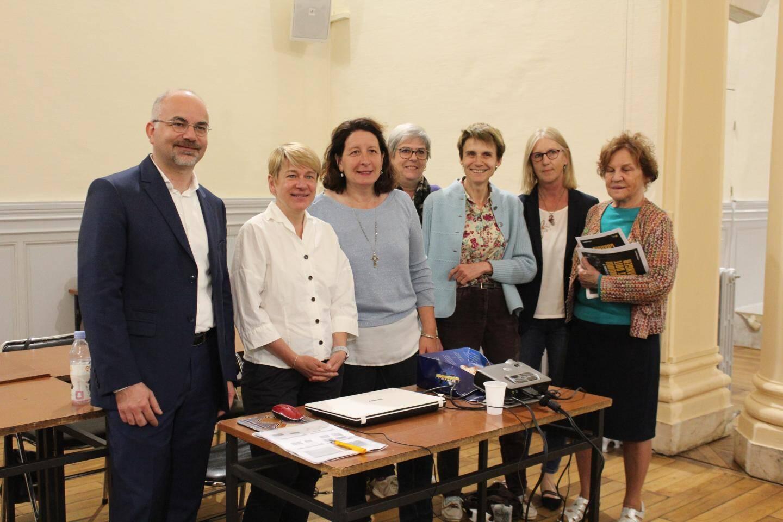 Isabelle Garzon (en blanc), entourée d'élus et citoyens présents.