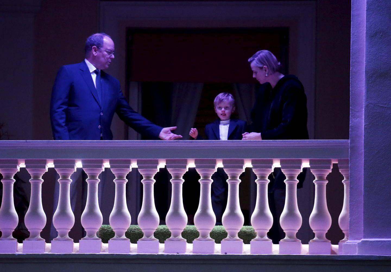 Le couple princier a salué les fidèles depuis le balcon du Palais princier (illuminé en violet) où le prince héréditaire Jacques a fait une brève apparition.