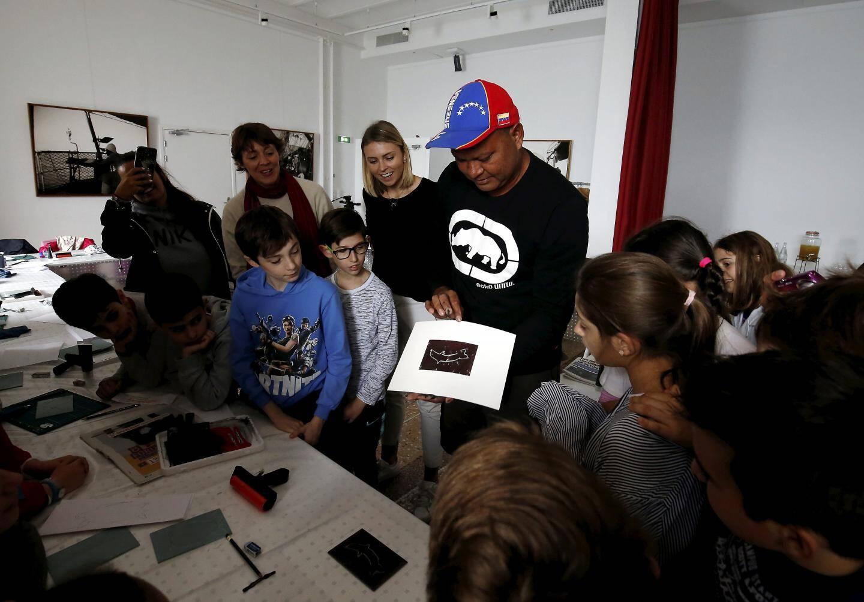 Alick Tipoti, natif du Détroit de Torres, estime important de partager sa culture et son art avec les jeunes générations.