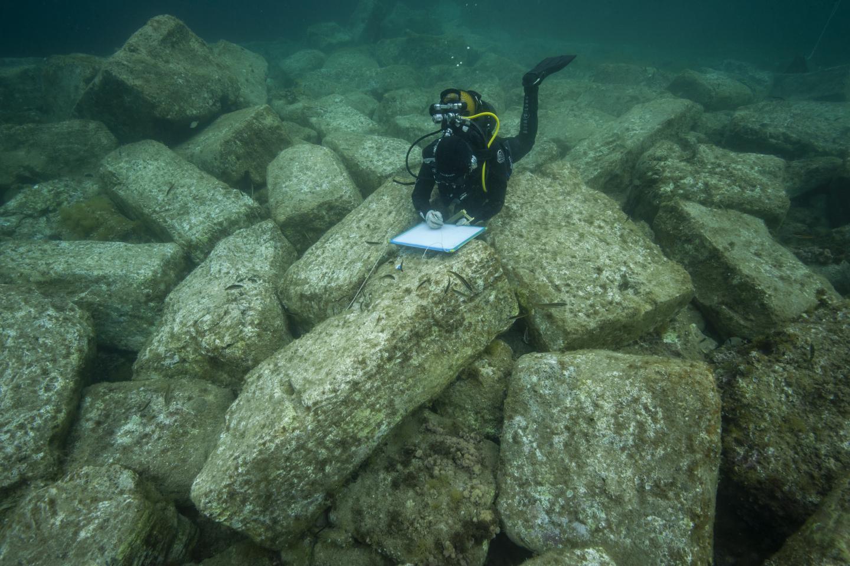 La campagne de fouilles qui s'est déroulée du 11 mars au 5 avril a notamment consisté à étudier les blocs immergés près de la plage de l'Almanarre à Hyères.