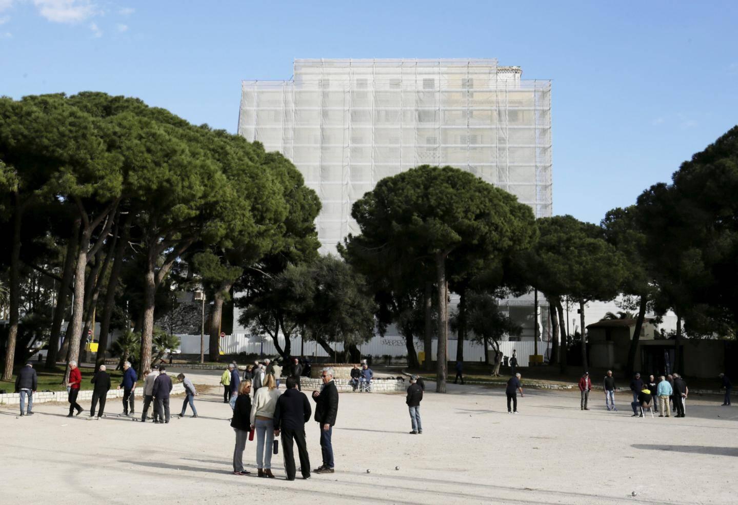 Le chantier du Provençal est lancé. Un échafaudage a été installé sur l'ensemble de la façade du bâtiment avec des travaux de sécurisation qui donnent cet aspect d'empaquetage vu de loin.