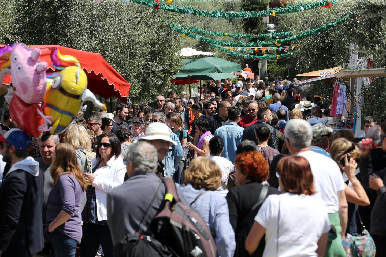 Sur l'ensemble de la journée d'ouverture des Mai, environ six mille personnes se sont retrouvées dans les jardins des Arènes-de-Cimiez sur fond d'ambiance familiale et de traditions.
